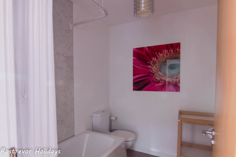 Slieve Meel Bathroom. Large Group Accommodation. Vacation Rentals. Rostrevor Holidays (22)