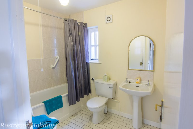 Leckan Beg, Bathroom, Overhead Shower, Rostrevor Holidays